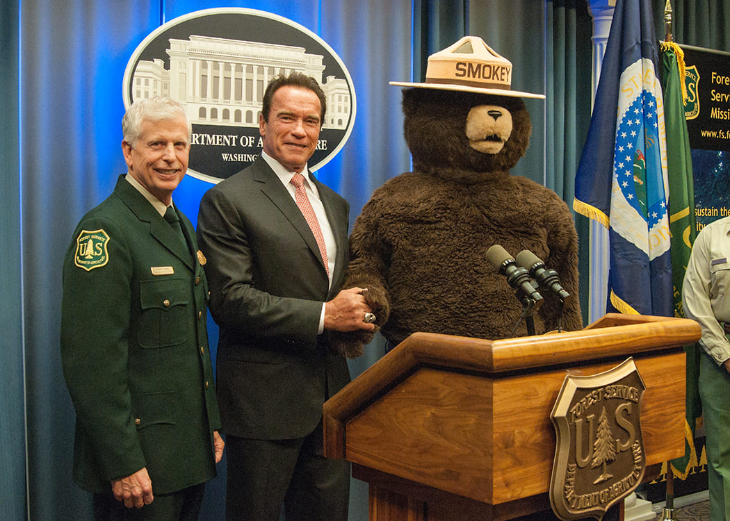 Smokey_with_Thomas_Tidwell,_Chief_of_the_United_States_Forest_Service,_and_Arnold_Schwarzenegger.jpg