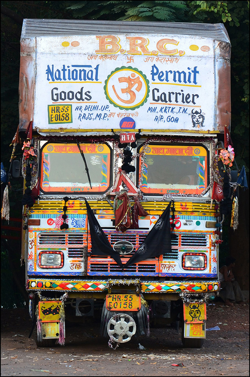 1432px-A_decorated_truck_in_India.jpg
